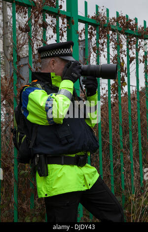 Barton Moss, Eccles, Manchester, UK. 27th  November, 2013. Police gather evidence at IGas Energy Drill site and - Stock Photo