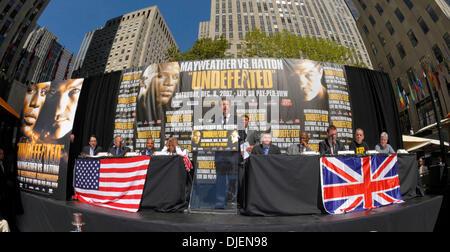 Sept 19, 2006 - New York, NY, USA - FLOYD 'PRETTY BOY' MAYWEATHER and RICKY 'THE HITMAN' HATTON meet at the third - Stock Photo