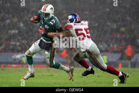 Oct 28, 2007 - London, England, UK - Dolphins QB CLEO LEMON is tackled by Giants #55 KAWIKA MITCHELL in the third - Stock Photo