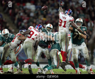 Oct 28, 2007 - London, England, UK - Dolphins QB CLEO LEMON makes a pass in the fourth quarter. (Credit Image: © - Stock Photo