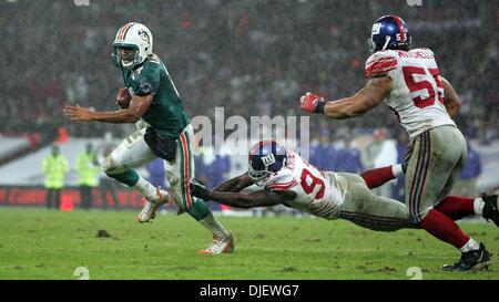 Oct 28, 2007 - London, England, UK - Dolphins CLEO LEMON is chased out of the pocket by Giants #97 MATHIAS KIWANUKA - Stock Photo