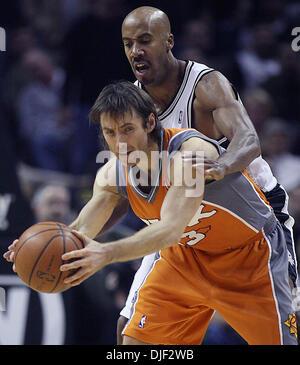 Dec 17, 2007 - San Antonio, Texas, USA - Spurs BRUCE BOWEN pressures Phoenix Suns STEVE NASH in the 3rd period of - Stock Photo