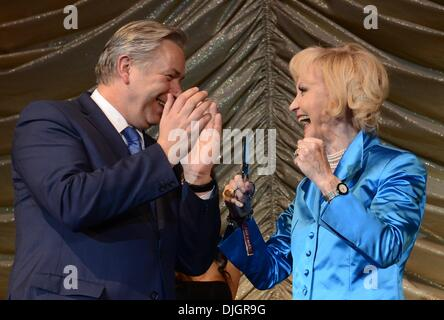Berlin, Germany. 27th Nov, 2013. Berlin's acting mayor Klaus Wowereit (SPD) and actress Liselotte Pulver stand on - Stock Photo