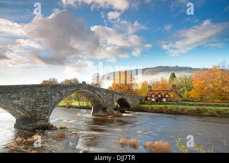 Pont Fawr (Inigo Jones bridge) over the River Conwy in Llanrwst with the Tu Hwnt i'r Bont (beyond the bridge) tea - Stock Photo