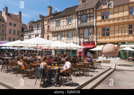 People eating at outdoor restaurants Place St Vincent Chalon sur Saone Burgundy, Eastern France - Stock Photo