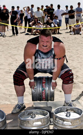 March 27, 2010 - Huntington Beach, California, USA -  DAN HARRISON competes in the keg toss, one of six disciplines - Stock Photo