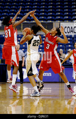 Mar. 01, 2010 - Pittsburgh, PA, U.S - 01 March 2010: University of Pittsburgh junior guard Shayla Scott (25) makes - Stock Photo