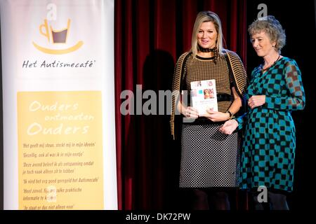 Leiden, The Netherlands. 03rd Dec, 2013. Queen Maxima of The Netherlands (L) attends the 10th anniversary symposium - Stock Photo
