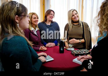 Leiden, The Netherlands. 03rd Dec, 2013. Queen Maxima of The Netherlands (R) attends the 10th anniversary symposium - Stock Photo
