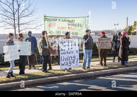 Black Friday anti-Walmart protest, supporting living wage, Towson, Maryland, Baltimore County. - Stock Photo