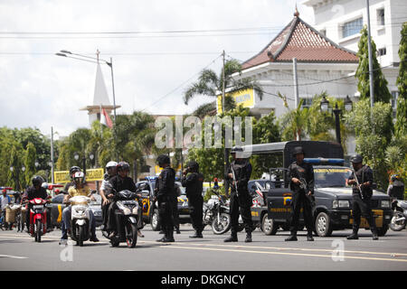 SOLO, INDONESIA, . 5th Dec, 2013. DECEMBER 05 : Indonesian police held a simulated response to a terrorist act on - Stock Photo
