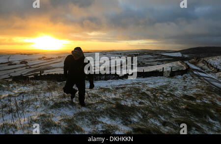 Flash, Staffordshire, UK. 6th December 2013.     After overnight snow, dawn breaks over Flash, Staffordshire, the - Stock Photo