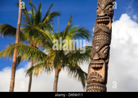 USA, Hawaii, Maui, Kaanapali Beach, Hawaiian Tiki Statue - Stock Photo