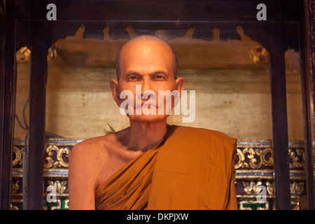 The waxwork dummy of an ex-abbot in the Chedi Luang temple (Chiang Mai - Thailand). Statue en cire d'un ancien moine supérieur.