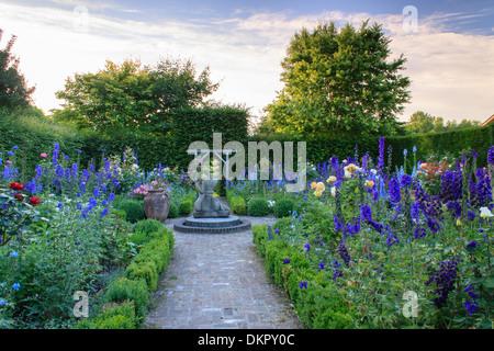 Couple enlace Stock Photo, Royalty Free Image: 142551279 ...