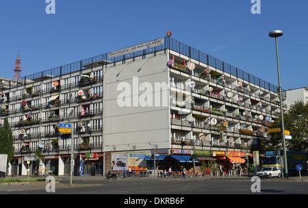 Wohnhaus, Kunstaktion ´Von Innen nach Aussen´ Daniel Knipping, Pallasstrasse, Schoeneberg, Berlin, Deutschland / - Stock Photo