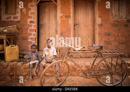 Children with a bicycle in Ugandan slum, East Africa. - Stock Photo