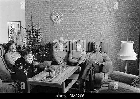 View of a family in their living room with a Christmas tree, undated photograph (1979). Photo: Deutsche Fotothek/Borchert - Stock Photo