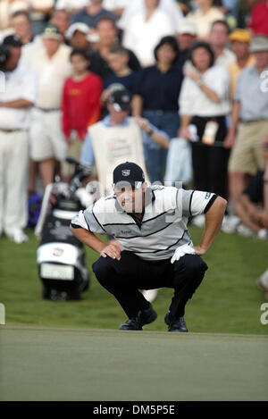 Mar 13, 2005; Palm Beach Gardens, FL, USA; PADRAIG HARRINGTON lines up at shot on the second playoff hole at 18 - Stock Photo