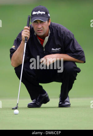 Mar 03, 2005; Miami, FL, USA; JOSEMARIA OLAZABAL lines up a putt on the third hole. Olazabal finished the first - Stock Photo
