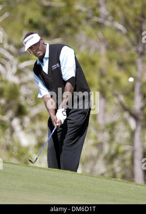 Mar 10, 2005; Palm Beach, FL, USA;  VIJAY SINGH chips onto the green Thursday at The Honda Classic at Mirasol in - Stock Photo