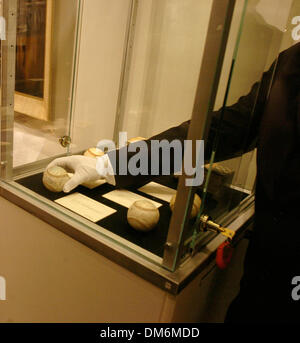 Jun 03, 2005; New York, NY, USA; Sotheby's art handler arranges signed baseballs. Sotheby's will auction important - Stock Photo