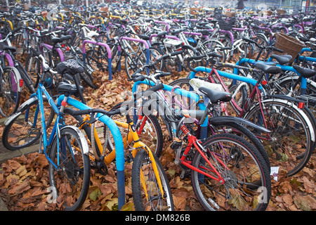 Bicycles parked outside the railway station in Oxford city centre - Stock Photo