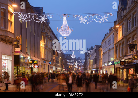 Christmas shoppers in Oxford city centre - Stock Photo