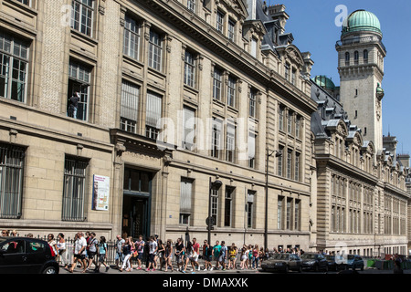 GROUP OF TOURISTS IN FRONT OF THE UNIVERSITY OF THE SORBONNE, PARIS (75), FRANCE - Stock Photo