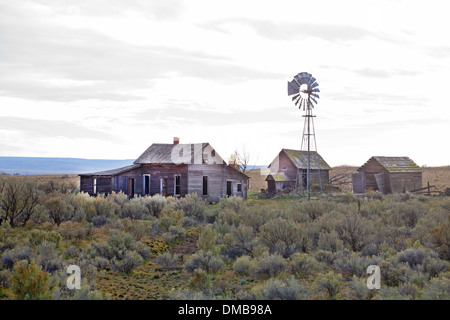 An abandoned Depression era farm in the sagebrush flatlands near the town of Kent, in north-central oregon - Stock Photo