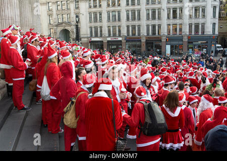 London, UK, 14th Dec, 2013.  Revellers get into the Christmas spirit on the steps of St Paul's Cathedral during - Stock Photo