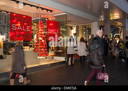 Liverpool One, Merseyside, UK 15th Dec, 2013. Kurtgeiger where Big discounts being offered by retailers tempted - Stock Photo