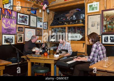 Musicians playing folk music in McGann's bar, Doolin, Co. Clare, Ireland - Stock Photo