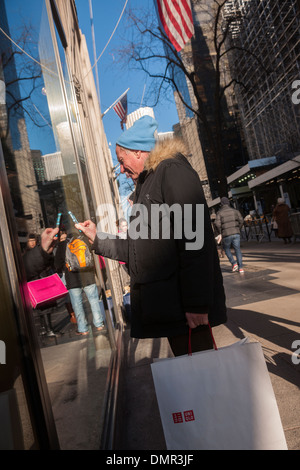 Shoppers on Fifth Avenue in New York on Friday, December 13, 2013 during the Christmas shopping season - Stock Photo
