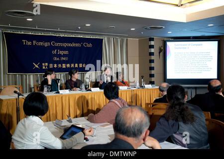 Tokyo, Japan. 17th December 2013. - (L to R) Representative of Fukushima Disaster Plaintiffs, Ruiko Mutoh and the - Stock Photo