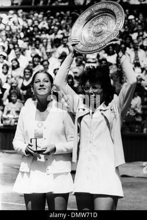 July 7, 1973 - London, England, U.K. - Tennis Star BILLIE-JEAN KING (USA) holds up her trophy after winning The - Stock Photo