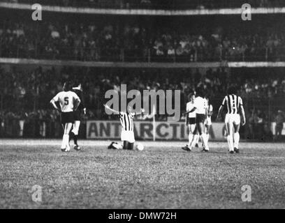 Sept. 15, 1974 - Santos, Brazil - Brazilian soccer player EDSON NASCIMENTO 'PELE' cheers excitedly after scoring - Stock Photo