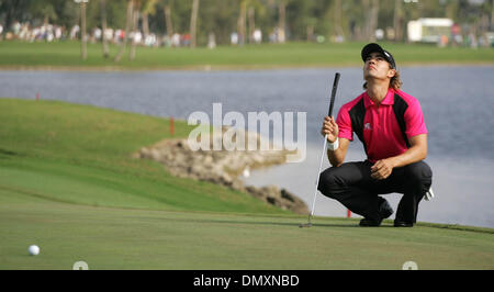 Mar 04, 2006; Miami, FL, USA; Camilo Villegas watches a jet pass overhead as he lines up a putt on the 10th hole. - Stock Photo