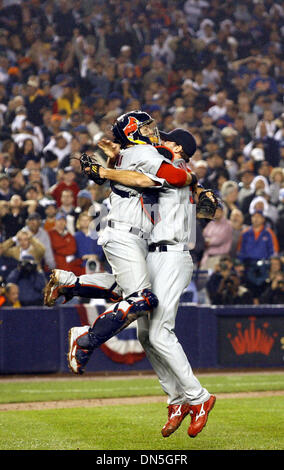 Oct 19, 2006; New York, NY, USA; YADIER MOLINA jumps into ADAM WAINWRIGHT's arms after Game 7 of the NLCS against - Stock Photo