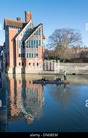 Cambridge, UK. 19th December 2013. Tourists enjoy punting in glorious winter sunshine past the Jerwood Library on - Stock Photo