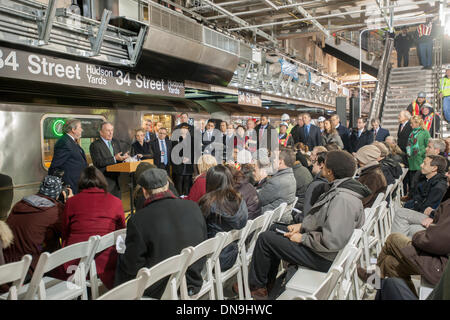 New York, USA. 20th Dec, 2013. NY Mayor Michael Bloomberg, left at podium, at the new 34th Street-Hudson Yards terminal - Stock Photo