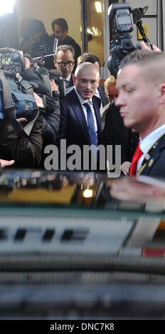 Berlin, Germany. 22nd Dec, 2013. Russian former oil tycoon Mikhail Khodorkovsky (C) leaves a press conference at - Stock Photo