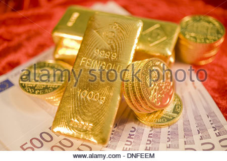 Gold und 500-Euro-Scheine, Gold and Euro Banknotes - Stock Photo