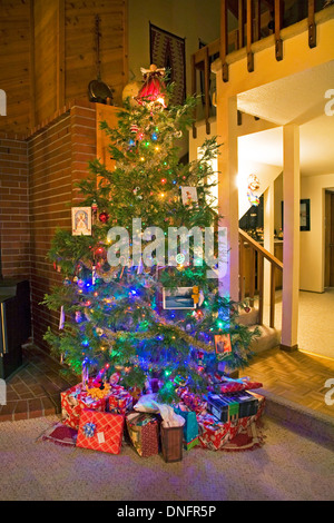 Decorated christmas tree and presents in a victorian for Fully decorated homes