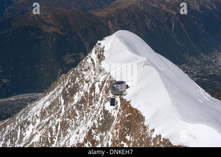 AIGUILLE DU GOUTER PEAK (aerial view). Mountain hut on the rocky side. Chamonix Mont-Blanc, Haute-Savoie, Rhône - Stock Photo