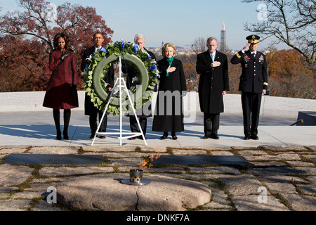 US President Barack Obama stands with First Lady Michelle Obama, former President Bill Clinton, Hillary Clinton - Stock Photo