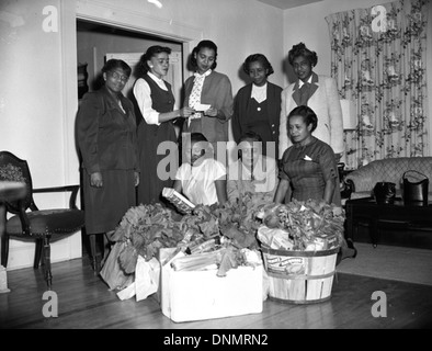 FAMU sorority members collecting food for the needy in Tallahassee, Florida - Stock Photo