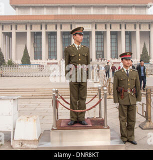 Beijing, China. 16th Oct, 2006. A pair of soldiers of the Chinese People's Liberation Army (PLA) stand guard by - Stock Photo