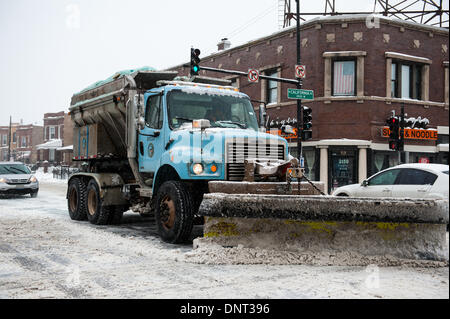 Chicago, Il, USA. 5th Jan, 2013. A city snow plow clears the streets of Chicago as heavy snowfall and rapidly dropping - Stock Photo