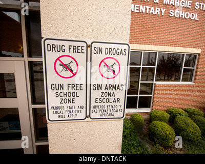 Outside an elementary school, a sign in Spanish and English warning parents, students and visitors it is drug and - Stock Photo